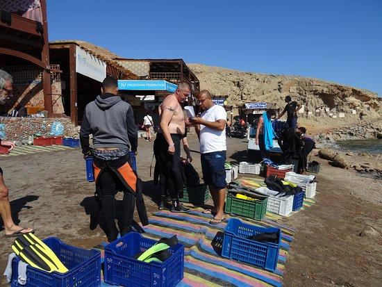 Les Boxes sont alignées pour nous permettre de nous préparer à la 1ère plongée au Blue Hole