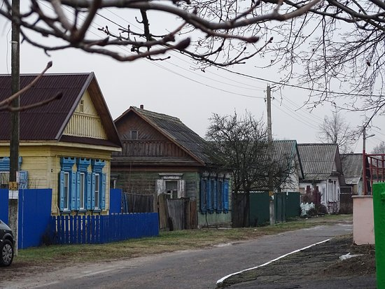 A street photo of Vetka showing traditional wooden houses.