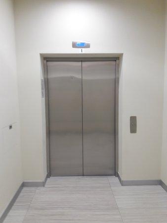 Лифт работает от зоны раздевалок и душевых, до бассейнов.