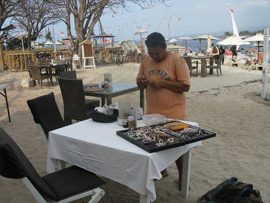 Indonesian guy lager ekte perler smyker til oss. Mens vi venter på maten.