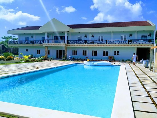 Visayas, Filippijnen: pool side view back ground is the conference and wedding venue