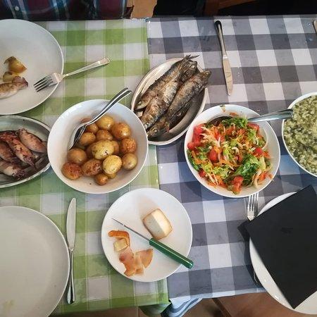 Nazare, Portugalsko: Ambiente familiar. Boa comida.