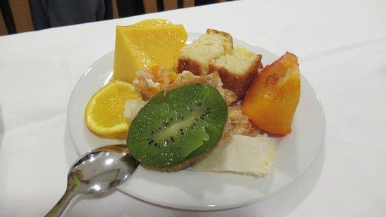 Fruitttssss, many many fruits (bananas, apples, oranges, grapefruit, kiwi, kaki, papaya, mango, fruit salad etc.)