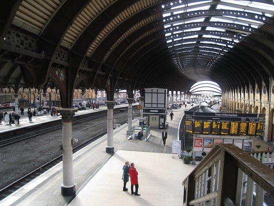 Bahnhofshalle von York; Teile des Bahnsystems sind so alt, dass man denkt, Ritter Jvanhoe biege gleich um die Ecke...
