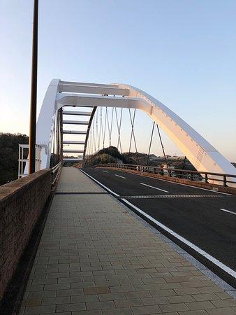 郷ノ浦港から大きな白い橋を渡り、右に進むと突き当たりに当店がございます* Cross the big white bridge from the Gounoura port and go right to find our cafe.