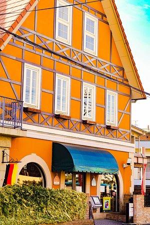 レストランの外観です。ドイツ調のオレンジ色の大きな建物です。