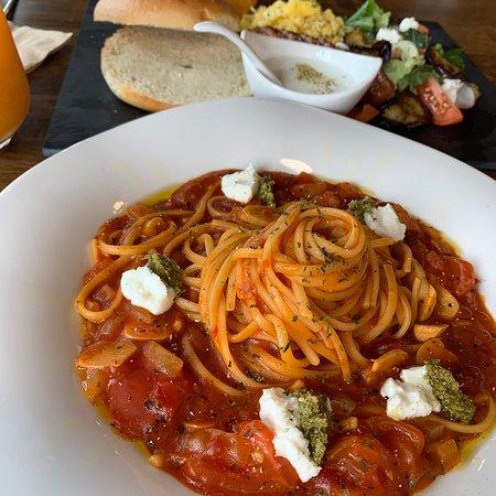 [포모도로 파스타] 생 토마토가 듬뿍 들어간 토마토 소스에,리코타 치즈,바질 페스토가잘어울리는 파스타