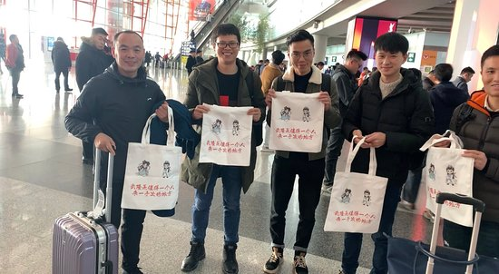 Wulong County, Čína: Wu xiaoxian and long ma come to Beijing, everyone likes this special handbag.
