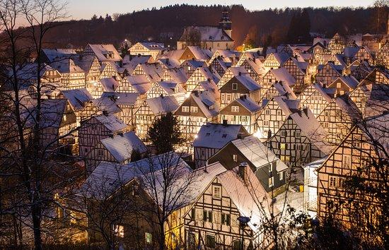 Freudenberg è un pittoresco villaggio della Renania settentrionale-Vestfalia 🏘 I suoi viali acciottolati e le case a graticcio d'un bianco splendente sembrano rievocare, solo a guardarli, storie di principi e principesse, d'incantesimi e di sortilegi. Questa città, che conta poco meno di 20mila abitanti, deve la sua fama ad un'architettura straordinariamente atipica che regala ai visitatori un eccezionale colpo d'occhio ✨