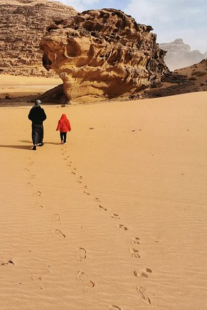 Amman, Yordania: Our 4yo exploring Wadi Rum with our Bedouin jeep driver.