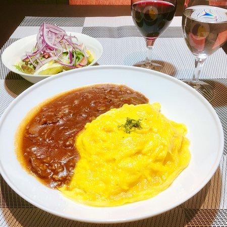 ふんわりトロトロオムライス ランチはお得なサラダ・スープ・ドリンク付