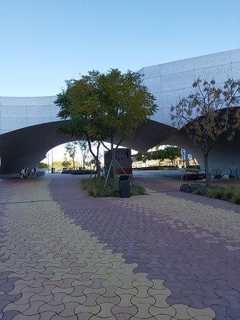 Skulpturindgangen til museet, indgangen er til højre ned ad trapperne