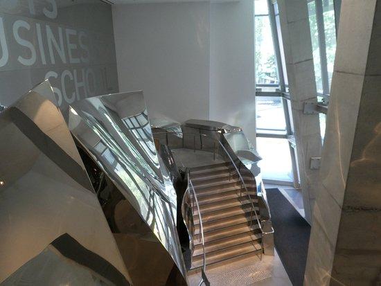 階段と玄関ロビー