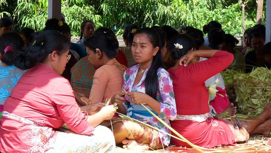 Goa Lawah, offermandjes maken maken