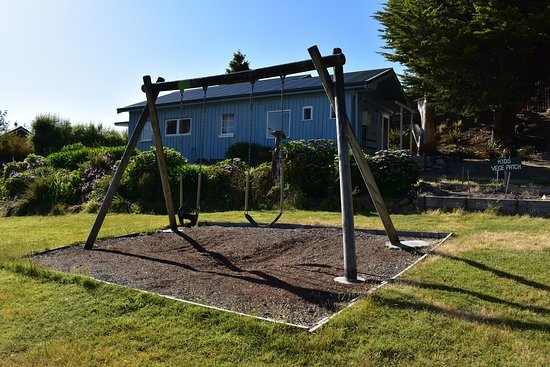 Ellendale, Austrália: Play area and swings, kids vege path