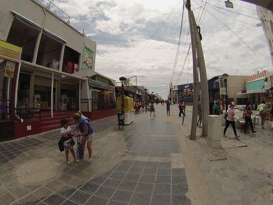 La calle peatonal de Las Grutas tiene vida durante muchas horas al día. Comercios abiertos hasta altas horas permite a los visitantes pasear, degustar y comprar diversos artículos. :::::::::::::::::::::::::::::::::::::::::::: Fotografía: Gustavo Ivanoff