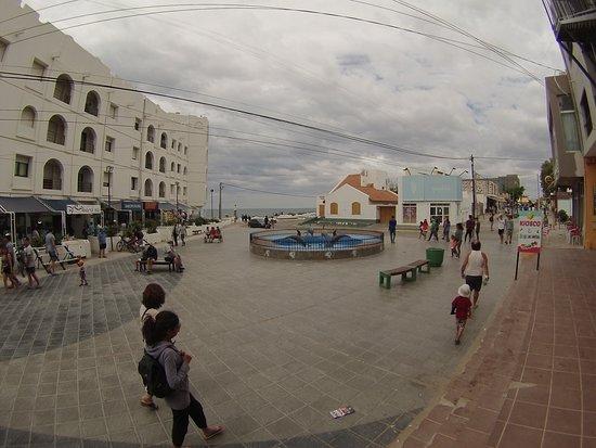 Los días que no son propicios para la playa, si lo son para caminar por la calle principal y peatonal de Las Grutas. :::::::::::::::::::::::::::::::::::::::::::: Fotografía: Gustavo Ivanoff