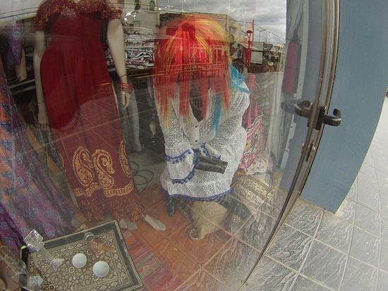 Las pelucas de los maniquíes en las vidrieras de los comercios de Las Grutas son de vistosos colores. Todo acorde para llamar la atención del turista. :::::::::::::::::::::::::::::::::::::::::::: Fotografía: Gustavo Ivanoff