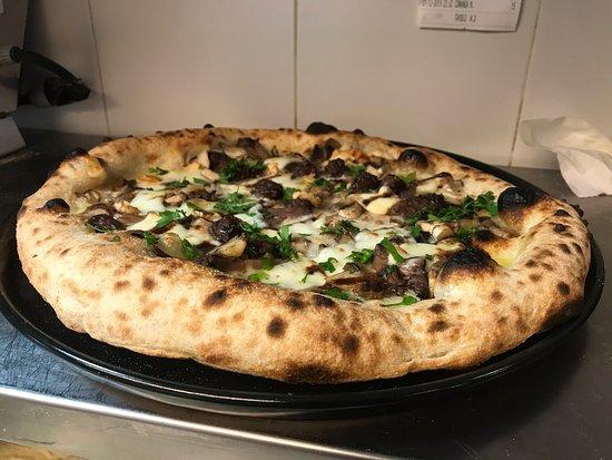 """Alcuni scatti delle nostre bontà  sia di """"pizza classica"""" che di """"pizza in teglia""""  Che dire vi aspettiamo !! ❤️"""