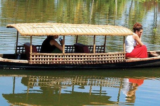 Canoagem - a canoa tradicional de Kerala - com barqueiro levá-lo pela...