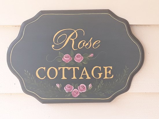 Buxton, Австралия: With the roses blooming beautifully Rose Cottage lived up to its name!