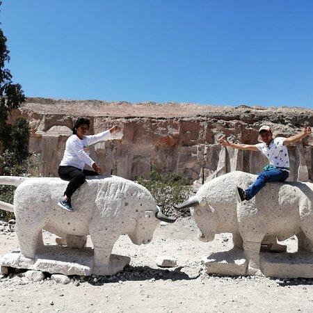 Arekipa, Peru: Ruta del Sillar, Arequipa Perú. Descubre este fabuloso tour en Arequipa. Apreciando a los cortadores de esta piedra en su ambiente natural y las muestras de tallados y esculturas alrededor.