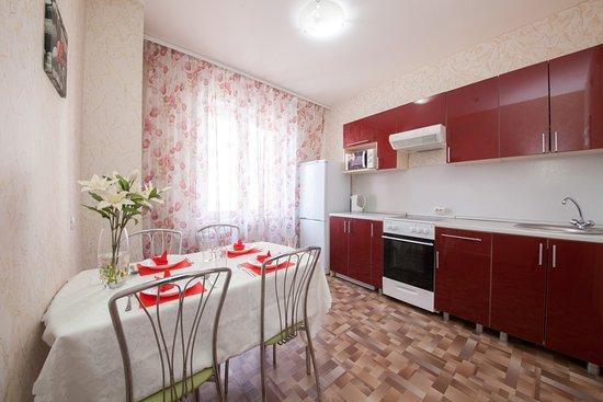 Krasnojarsk, Rusija: Кухня со всеми удобствами для приготовления и приема пищи