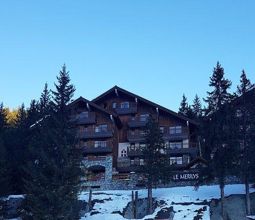 Вид на отель со склона
