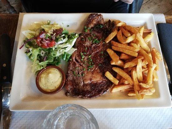 Saint-Pierre-Eglise, צרפת: Belle et savoureuse entrecôte, frites maison, salade fraîcheur et sa sauce béarnaise... Je recommande!