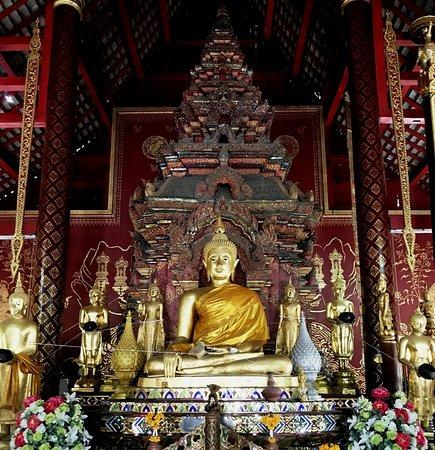 "Buddha in Bhumisparsha Mudra position and  some ""Alms Bowl Buddha"" around it - Wat Chiang Man"