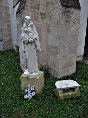 Statue dans la cour du presbytère
