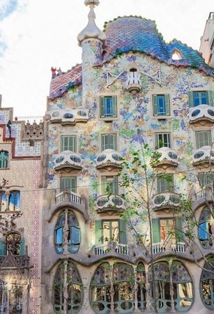 Skip the Line: Discover Casa Batllo with Gaudi Ticket: Façade recouverte de mosaïques de couleur corail naturel.