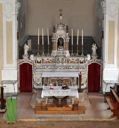 Altare maggiore in marmo policromo in stile barocco