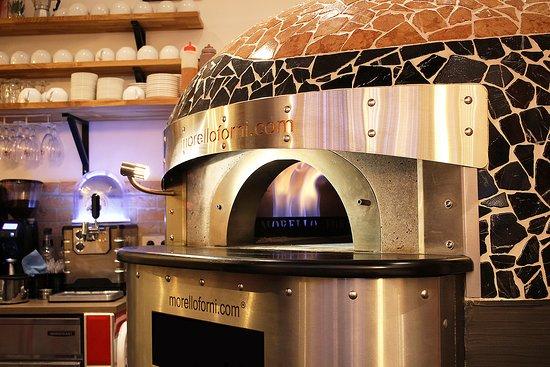 Notre merveille de four qui nous vient tout droit d'Italie et duquel sortent nos délicieuses pizzas Napolitaines!
