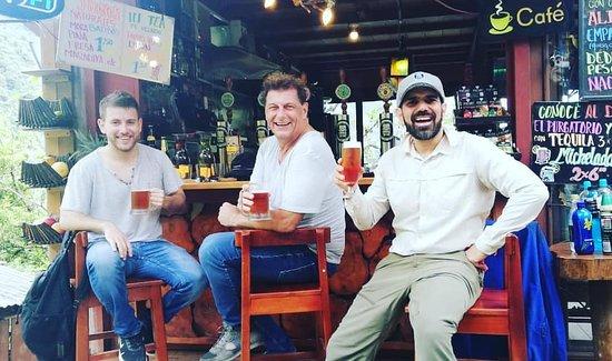 Rioverde, Ecuador: turistas disfrutando de la mejor cerveza artesanal de la zona