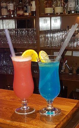 Cocktails: links im Bild  Planters Punch                  rechts im Bild   Blue Lagoon