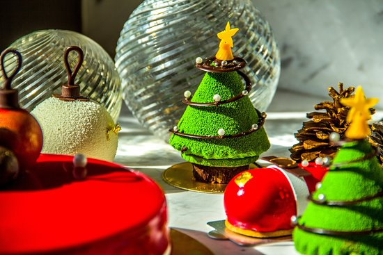 Wrap this year up on a sweet note. Indulge yourself with our selection of festive pastries and holiday cakes by pastry chef @dbaxpastry accompanied by the finest tea at #livingroom ✨