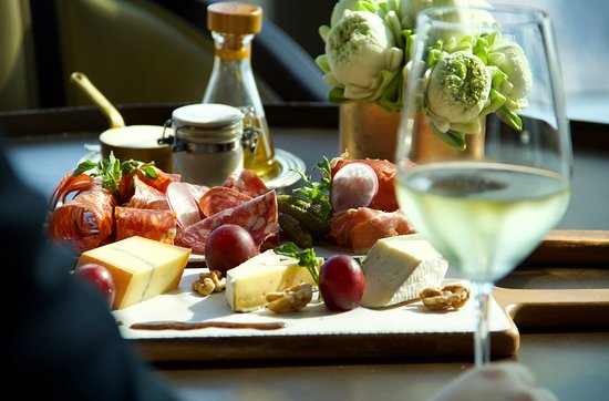 Wine and Cheese not?🧀 • • #visitlivingroom #tasteofluxury #perfectfridaysnight #livingroomphnompenh #rosewoodphnompenh #senseoftaste #rwjourneys