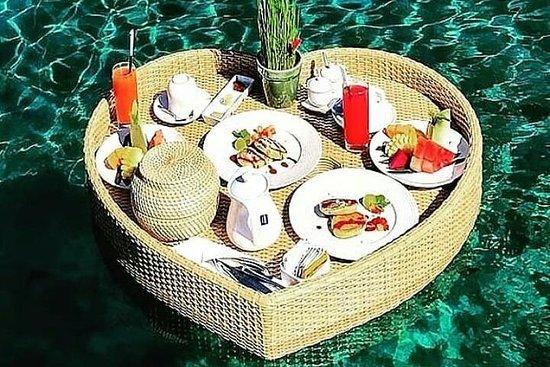 Bali petit-déjeuner flottant romantique...