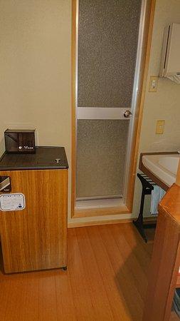 左側は冷蔵庫。 その上に グラス 正面がユニットバス 右が洗面