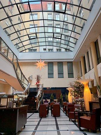 ロビーのカフェの様子です。明るい日差しがさすガラス張りの天井があり、落ち着いたホテルです。