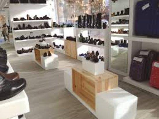 ¡La mejor zapatería de Madrid! En sus 12 tiendas encontrarás el calzado de la mejor calidad de marcas reconocidas para mujer, hombre, niño y niña. Una visita obligada para los amantes de los zapatos y la moda.