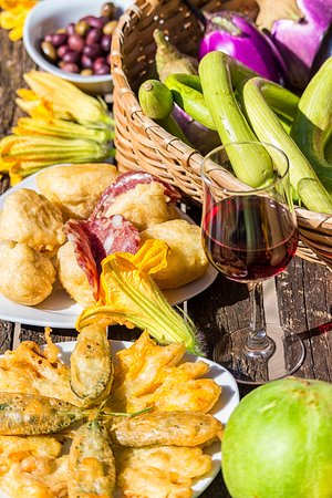 Vino, i prodotti del nostro orto e qualche sfizioso piatto.