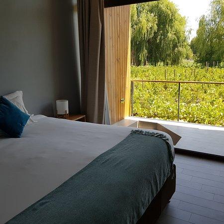 El hotel parronales es la mejor opcion de alojamiento en Santa Cruz . La infraestuctura permite relajo absoluto a sus huespedes . La atencion personalizada es absoluta y las recomendaciones para visitas del valle son asertivas . UN 7