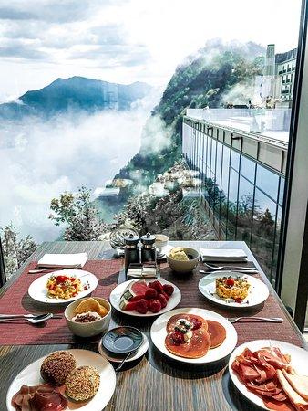 Burgenstock, Sveits: Buergestock resort • Uno degli hotel più esclusivi della Svizzera! Il panorama è mozzafiato, e vanta una delle piscine più belle al mondo, ci si arriva da Lucerna (in battello, auto o mezzi pubblici)