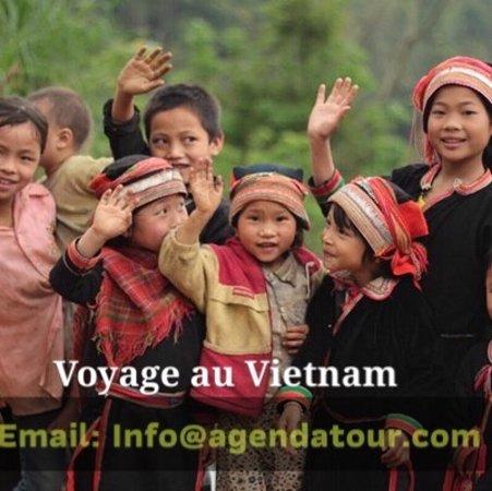 Enfants dans la montagne au bienvenue des touristes