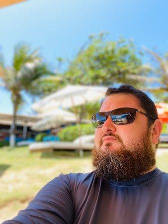 A praia brava é muito charmosa. E maravilhosa para banho. Ou simplesmente ver tartarugas, pássaros pescando. E com cuidado, ver águas marinhas passeando. O Rocka Lounge tem um espírito caribenho que casa com o visual, o atendimento, em especial do Mauro é um diferencial. Amamos a experiência. Obrigado Mauro.