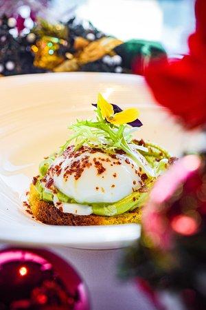 温泉蛋配黄油面包, 牛油果及帕尔马火腿