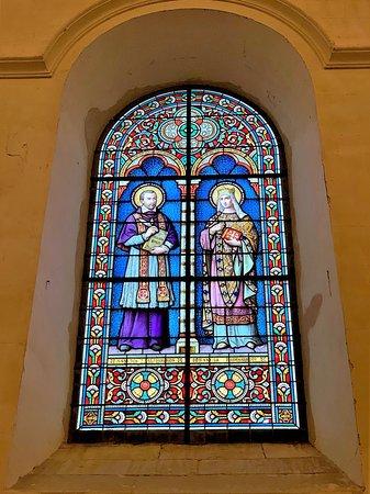 Une grange aux dîmes devenue église, une sorte de musée, abritant de nombreux tableaux inscrits aux M.H., un autel plus un retable remarquables, et quelques statues, à découvrir pour l'histoire de l'édifice.