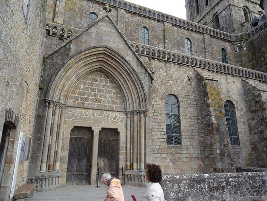 La Cour du Châtelet et la porte d'accès à la Terrasse Ouest